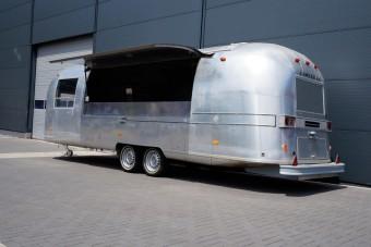 Airstream Imbiss Wagen mit grosser Verkaufsklappe und Dunstabzug